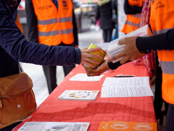 Distribution alimentaire par les gilets orange